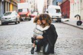 Sono single. Perché l'affido mi è consentito e l'adozione no?