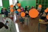 Genova. Alunni a scuola in ginocchio. Mancano i nuovi banchi: è subito polemica