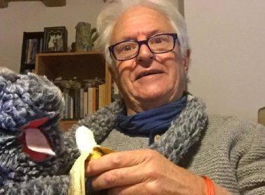 Il volontario Luciano Casagrande e la sua scimmietta