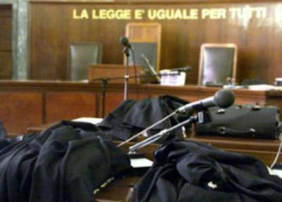 Una immagine di archivio, datata 30 settembre 2002, mostra alcune toghe di avvocati al Palazzo di Giustizia di Milano. Il Consiglio dei ministri, secondo quanto si apprende da fonti governative, ha dato il via libera al decreto di attuazione della delega sulla revisione delle circoscrizioni giudiziarie. Il testo è stato approvato all'unanimità ed è confermato quanto previsto in entrata. Il testo, dunque, sempre secondo quanto si apprende, prevede la riduzione e l'accorpamento di 37 tribunali sui 165 esistenti e la soppressione di tutte le 220 sezioni distaccate di tribunale. Viene prevista inoltre la redistribuzione del personale sul territorio. DANIEL DAL ZENNARO/ARCHIVIO - ANSA