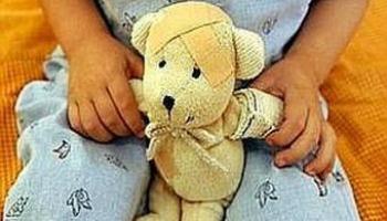 bambina giocattolo tra le mani 400x300