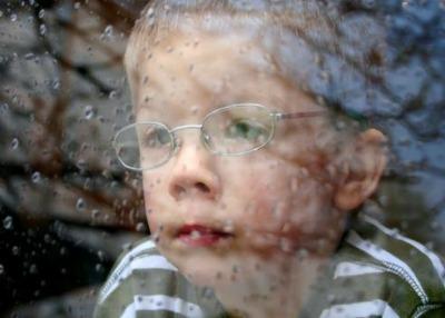 bambino finestra