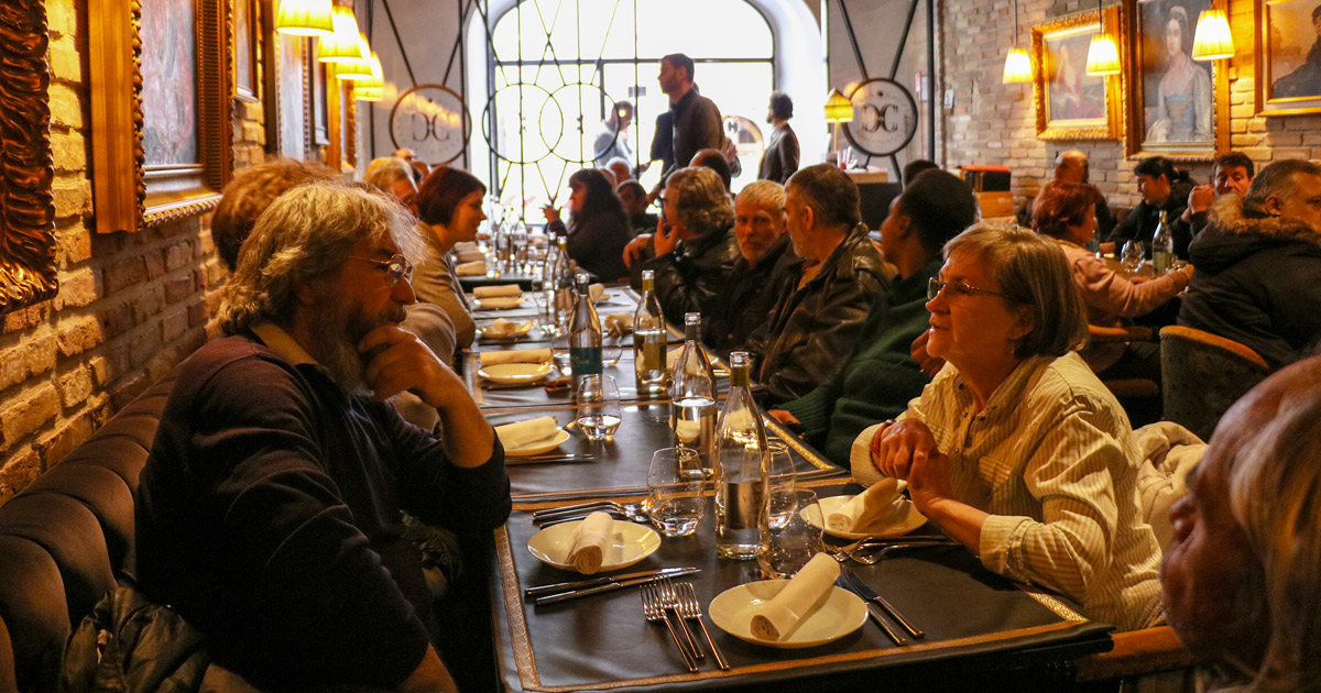 Roma ai bi porta i senzatetto nel miglior ristorante romano