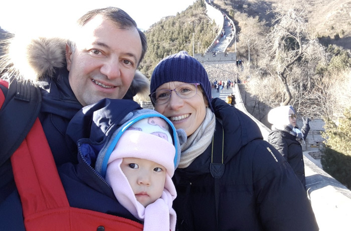 cina, il racconto dell'adozione di Angela da parte di mamma Beatrice e papà Angelo