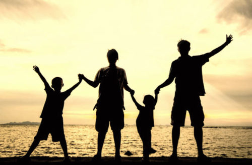 Quattro bambini adottati da due famiglie in 5 anni