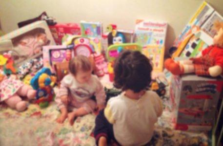 Bambini Che Scartano I Regali Di Natale.Natale I Miei Figli Hanno Troppi Regali E Io Provo Un Autentico