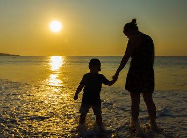 minore adottato da un solo genitore è orfano dopo le sofferenze subite