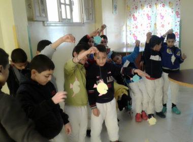 marocco. I bambini della fondazione Rita Zniber creano...un acquario di pesci di carta!