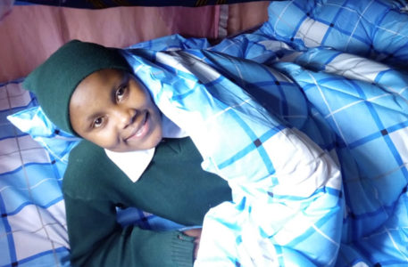 kenya. L'amore di una mamma e un papà a distanza le hanno regalato una coperta e un cuscino per il compleanno!