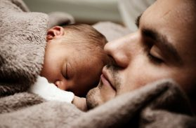 Bimbo nasce in casa. Il papà teleguidato in diretta grazie ad una app